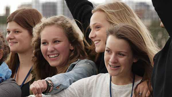 Schreib Welt-Mädchentag / Der Malteser Wettbewerb Fit in FAIR PLAY beschäftigt sich damit, wie man das Thema Mobbing bekämpfen kann.