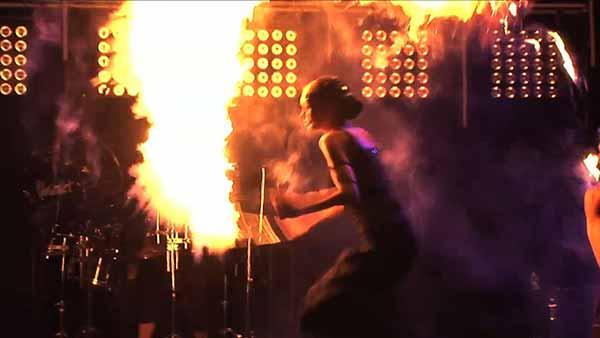 Spiel mit dem Feuer - Die Firedancer spielen in großartigen Live-Shows mit dem Feuer.