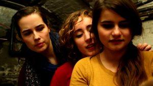 Improvisation frauen mädchen jugendliche gespannt schauen youth women girls improvisation close to each other nah beieinander
