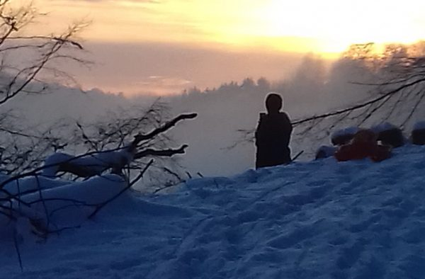Winterbild mit Mensch und Bergen
