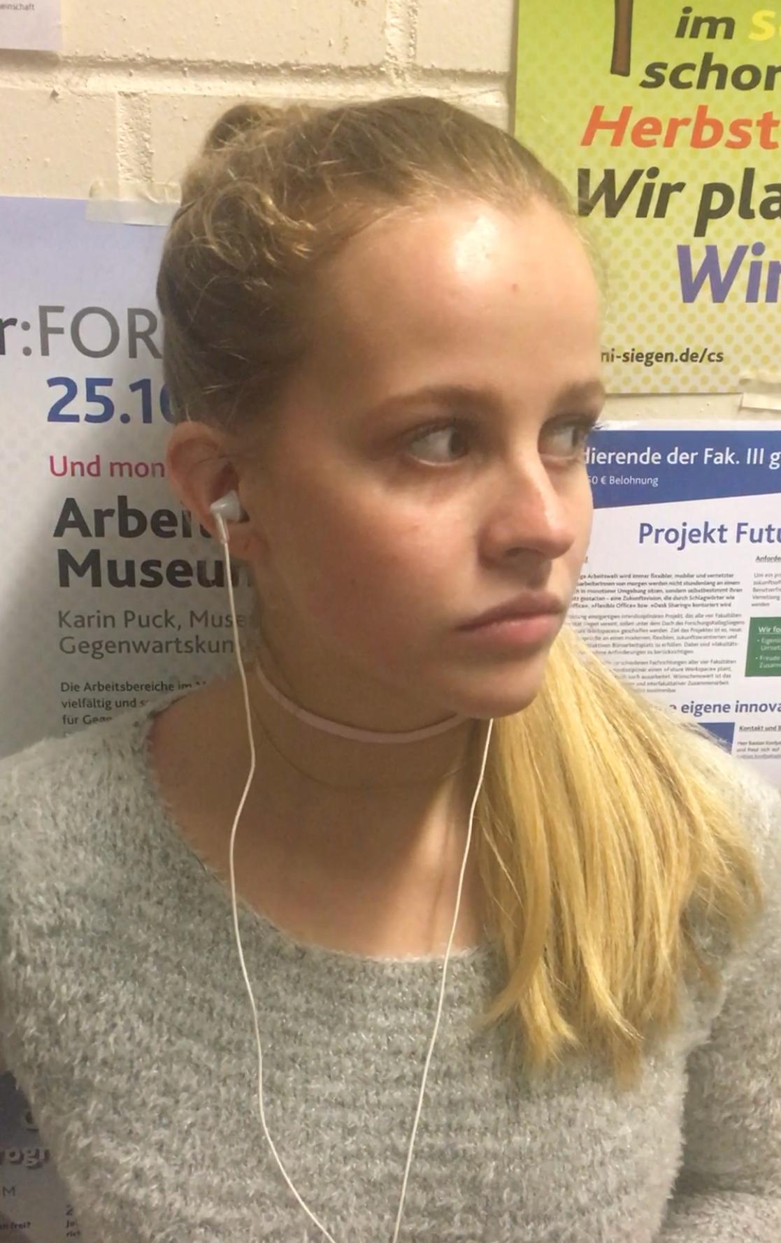 Musikhörendes Mädchen in der Universität